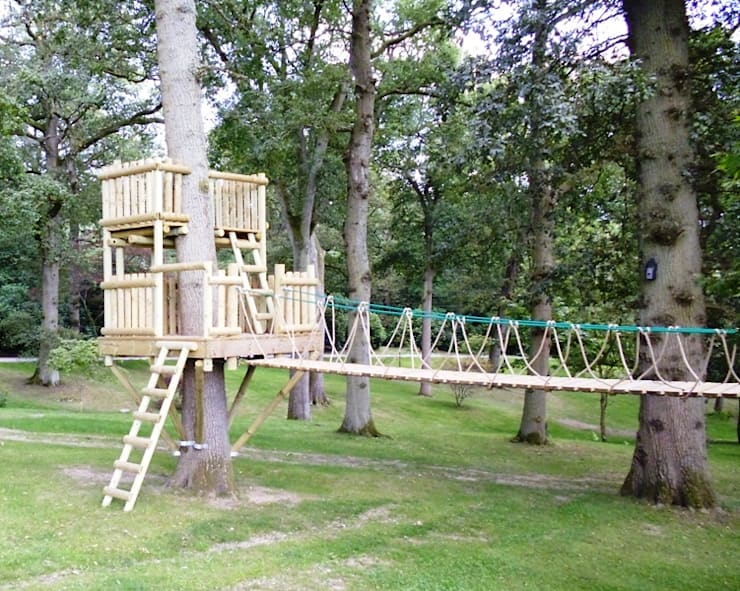 Stunning arrangement of treehouse, platforms and walkways.:  Garden by Playahead Design