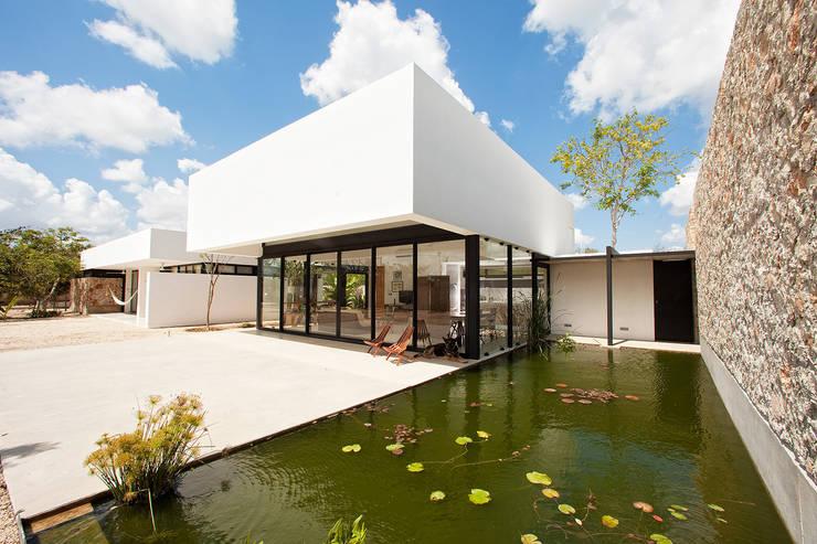FACHADA: Casas de estilo moderno por Gonzalez Amaro