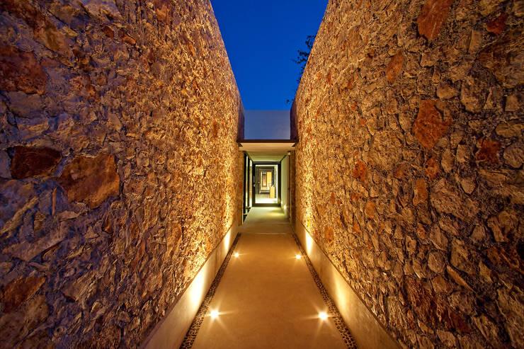 ACCSESO Casas modernas de Gonzalez Amaro Moderno Piedra