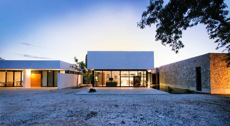 FACHADA: Casas de estilo  por Gonzalez Amaro