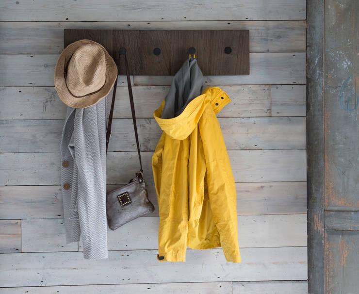 Withnail coat hook : moderner Flur, Diele & Treppenhaus von homify