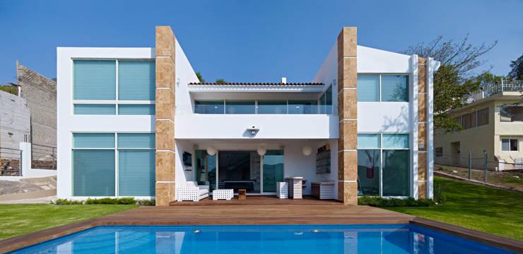 Casa Altavista: Albercas de estilo  por Excelencia en Diseño