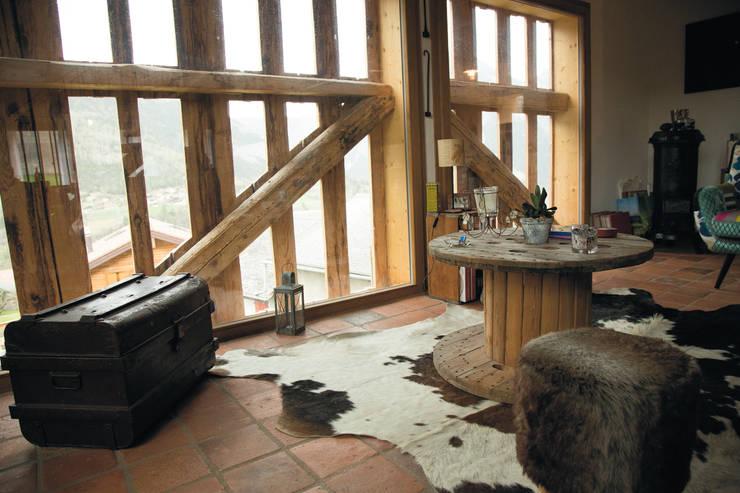 Transformation d 'un raccard: Fenêtres de style  par Atelier d'architecture Lorianne Maret