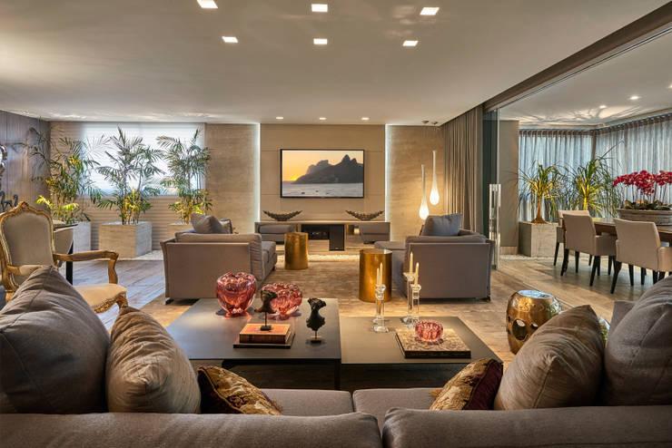 Apartamento LJ: Salas de estar  por Gláucia Britto