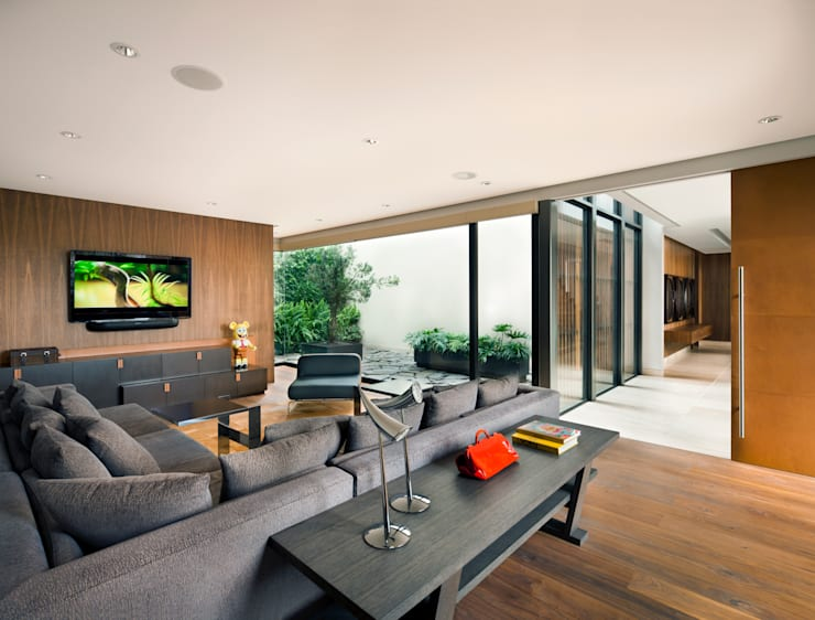 Cuarto de TV : Salas multimedia de estilo  por C Cúbica Arquitectos