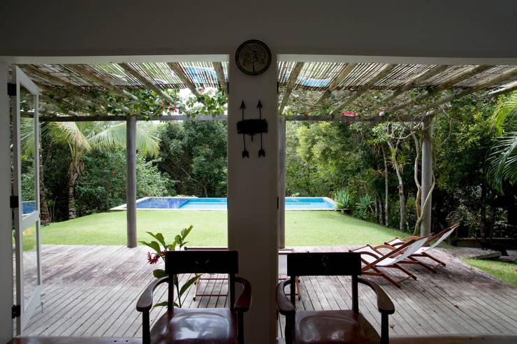 Residência Praia do Espelho - Trancoso/BA: Terraços  por Renata Romeiro Interiores