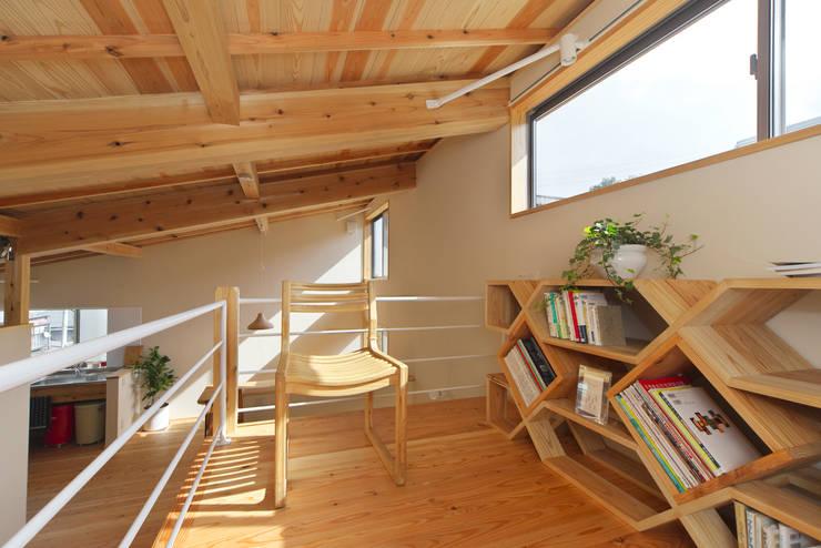 趣味や用途に合わせて幅広く使えるスキップフロア: 株式会社 建築工房零が手掛けた多目的室です。