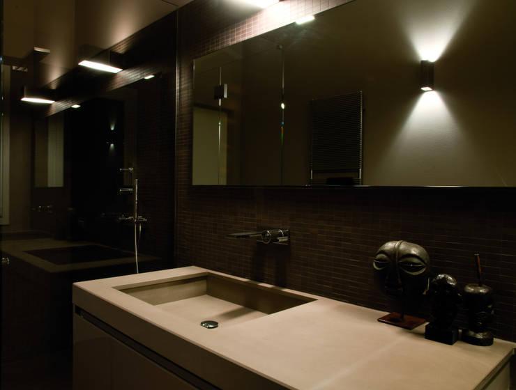 Abitazione SC: Bagno in stile in stile Moderno di INSIDESIGN STUDIOSTORE  - MELMAN GROUP SRL