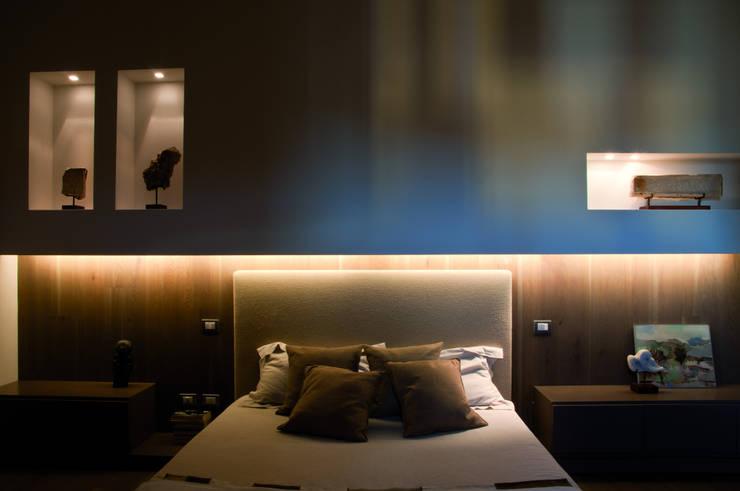 Abitazione SC: Camera da letto in stile in stile Moderno di INSIDESIGN STUDIOSTORE  - MELMAN GROUP SRL