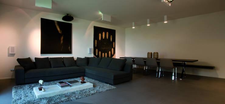 Abitazione SC: Soggiorno in stile in stile Moderno di INSIDESIGN STUDIOSTORE  - MELMAN GROUP SRL