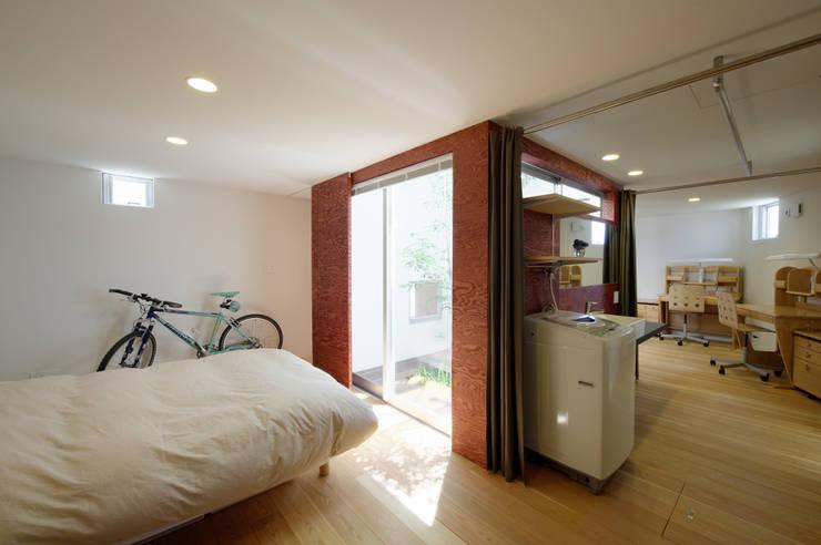 秦野の家: 萩原健治建築研究所が手掛けた寝室です。