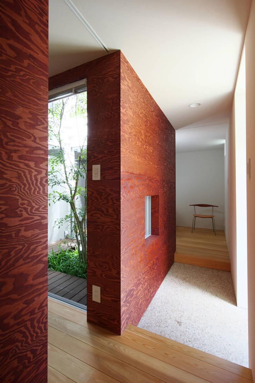 Corridor & hallway by 萩原健治建築研究所, Minimalist