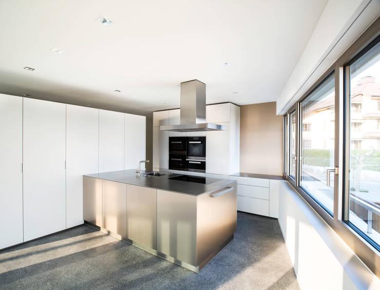 Mehrfamilienhaus 'Flair' in Herrliberg: moderne Küche von AMZ Architekten AG   sia   fsai