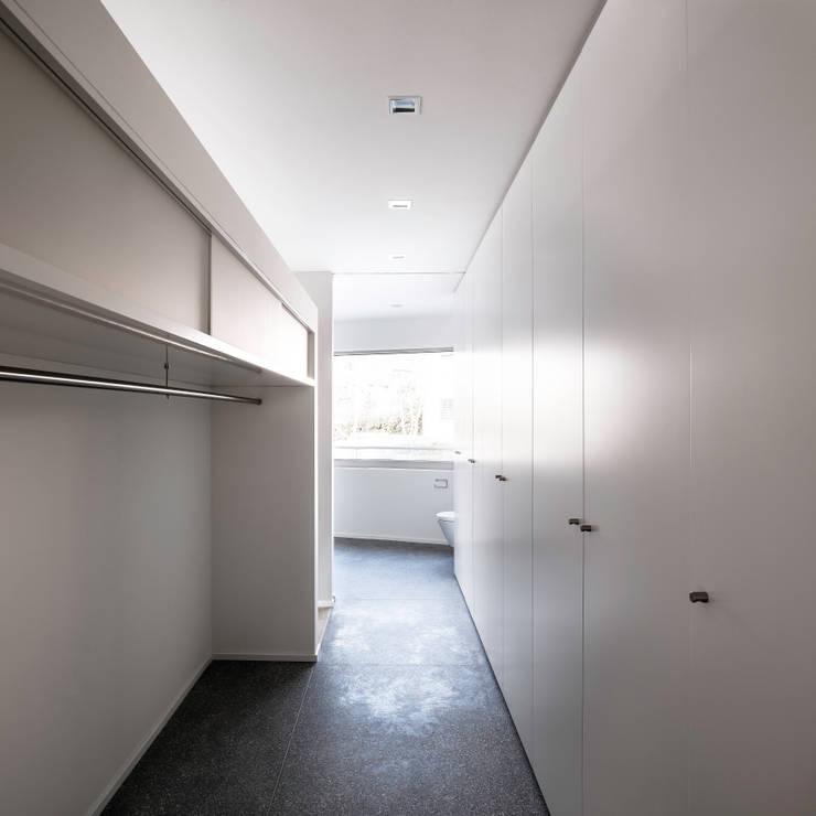 Mehrfamilienhaus 'Flair' in Herrliberg: moderne Ankleidezimmer von AMZ Architekten AG   sia   fsai