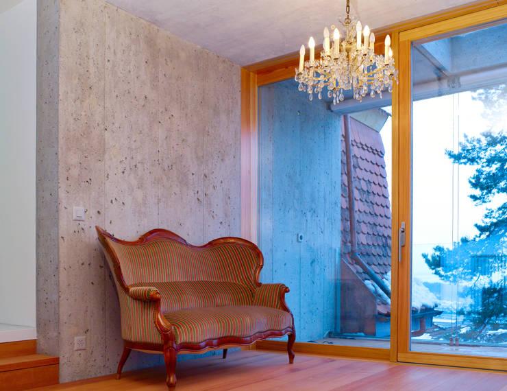 Wohnraum mit durchgehender Fensterfront :  Wohnzimmer von sim Architekten GmbH