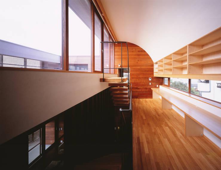 木ルーバーの家 モダンスタイルの 玄関&廊下&階段 の 平林繁・環境建築研究所 モダン
