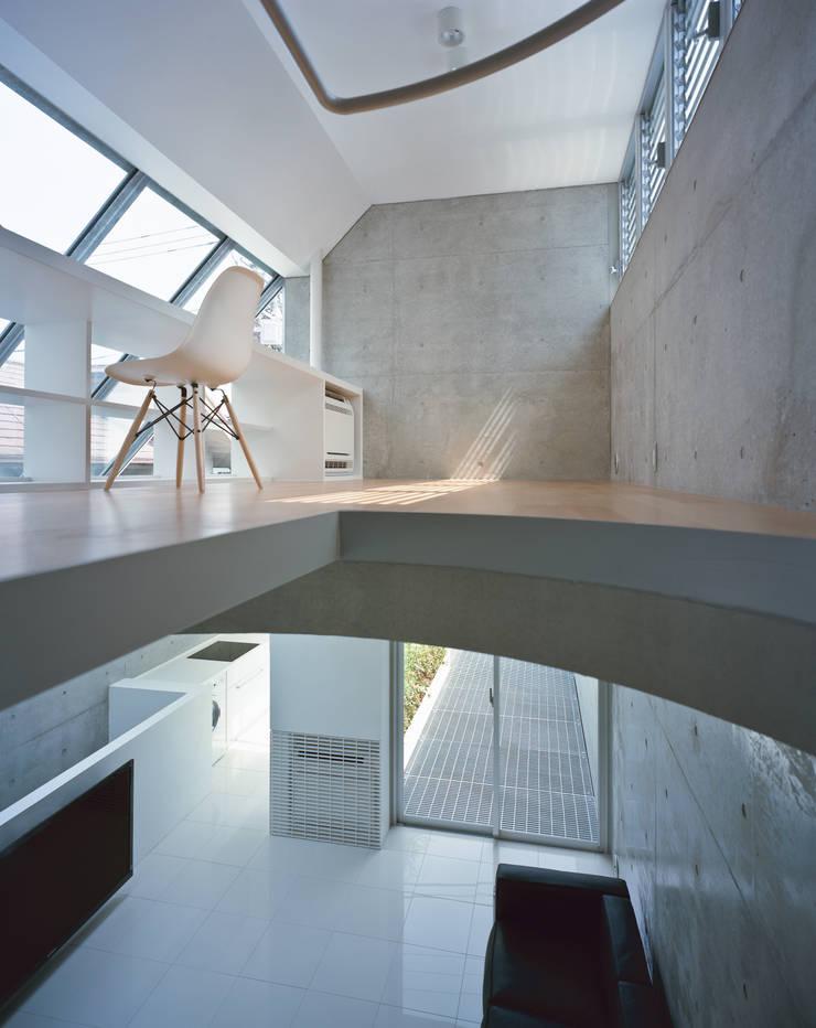 品川の住宅: 宮崎仁志建築設計事務所が手掛けた書斎です。,モダン
