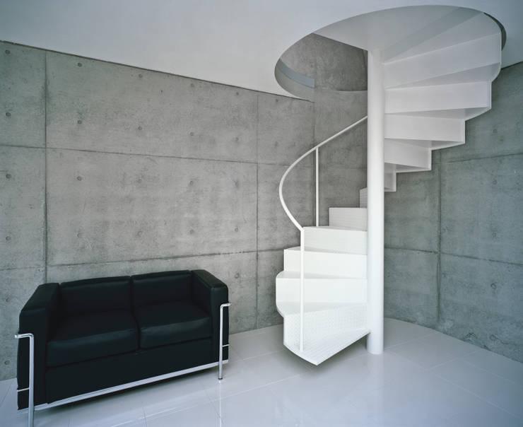 品川の住宅: 宮崎仁志建築設計事務所が手掛けた廊下 & 玄関です。,モダン