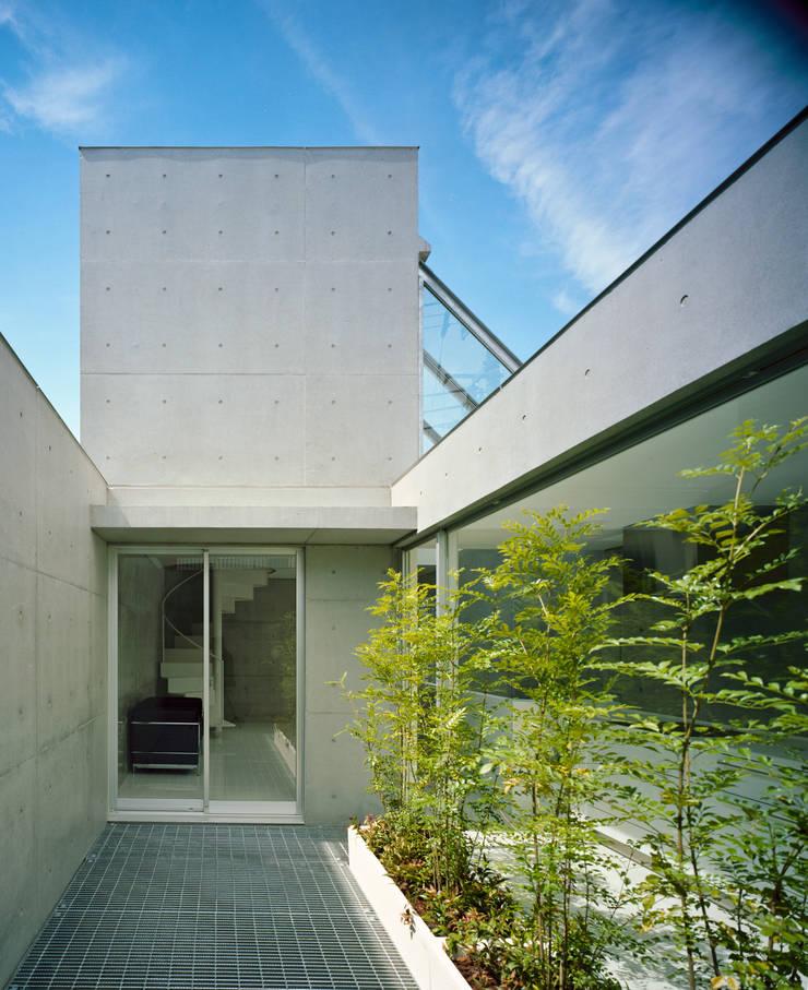 品川の住宅: 宮崎仁志建築設計事務所が手掛けた庭です。,モダン