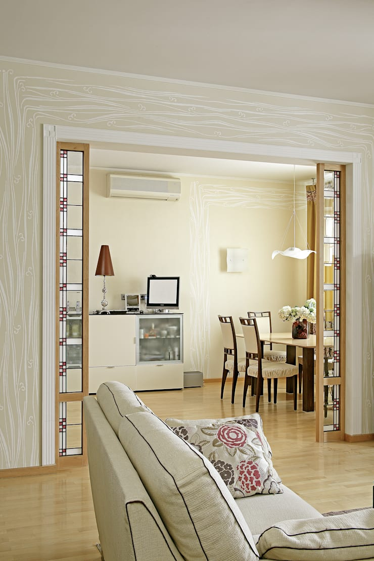 Cовременный интерьер с художественными деталями.: Гостиная в . Автор – D&T Architects