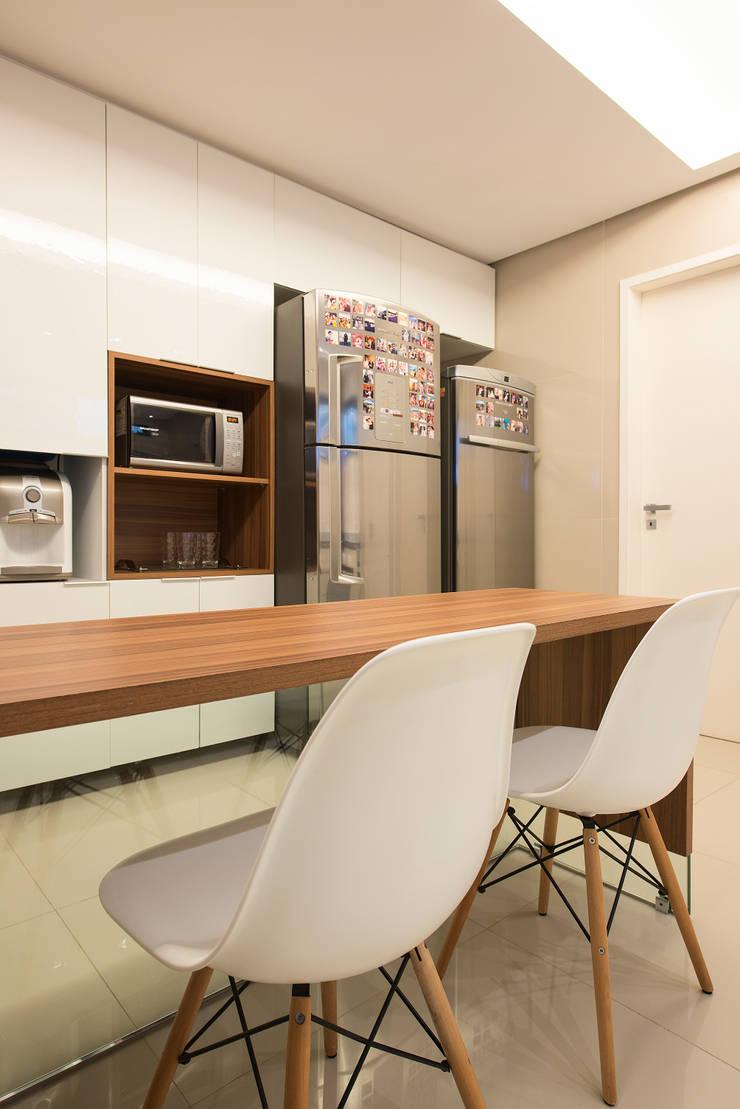 Apartamento Caravelas: Cozinhas ecléticas por Fábrica Arquitetura