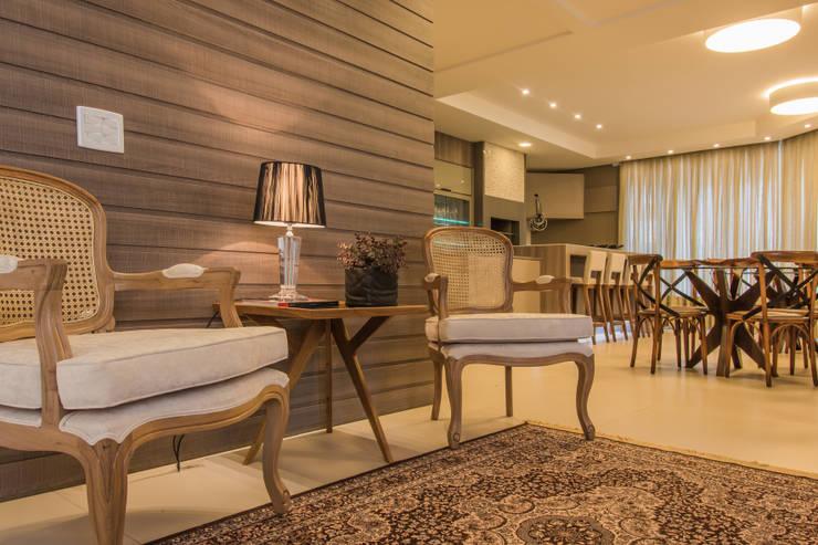 Espaço leve: Salas de estar  por Élcio Bianchini Projetos