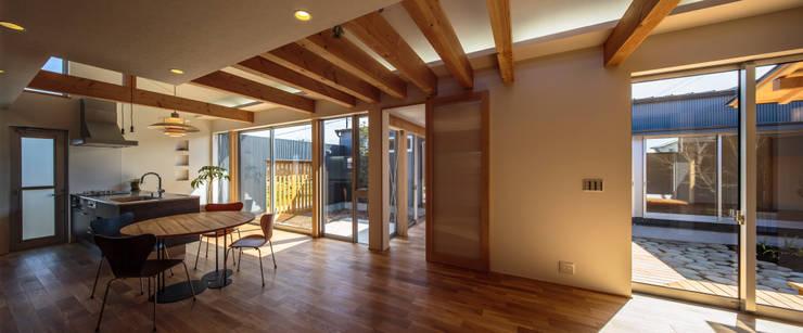 和光の家: 梶浦博昭環境建築設計事務所が手掛けたリビングです。