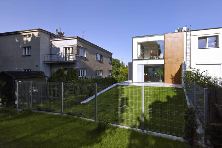 PERFORATED HOUSE EXTERIOR : styl , w kategorii Domy zaprojektowany przez KLUJ ARCHITEKCI