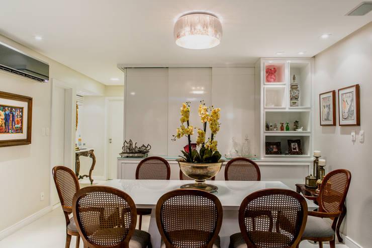 Buffet esconde a sala de Tv: Salas de jantar  por Bruno Sgrillo Arquitetura