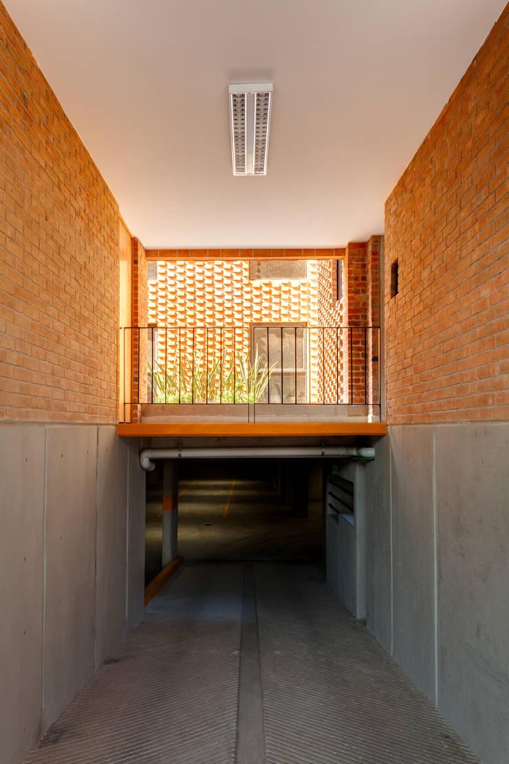 Residencial Z53: Pasillos y recibidores de estilo  por Grupo Nodus Arquitectos