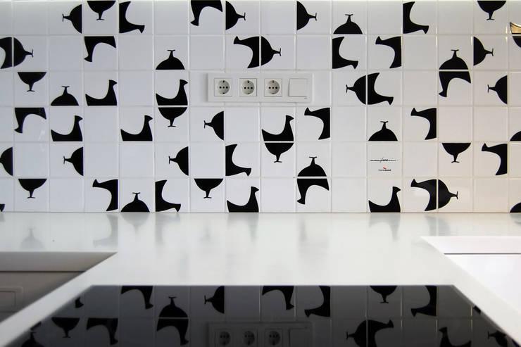 Однушка: Кухни в . Автор – Lugerin Architects, Скандинавский