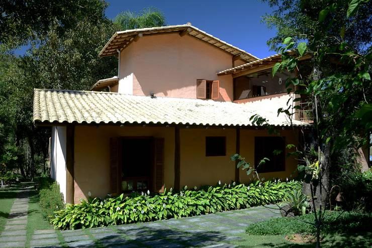 Casas rústicas por Arquitetamos Escritório Autônomo