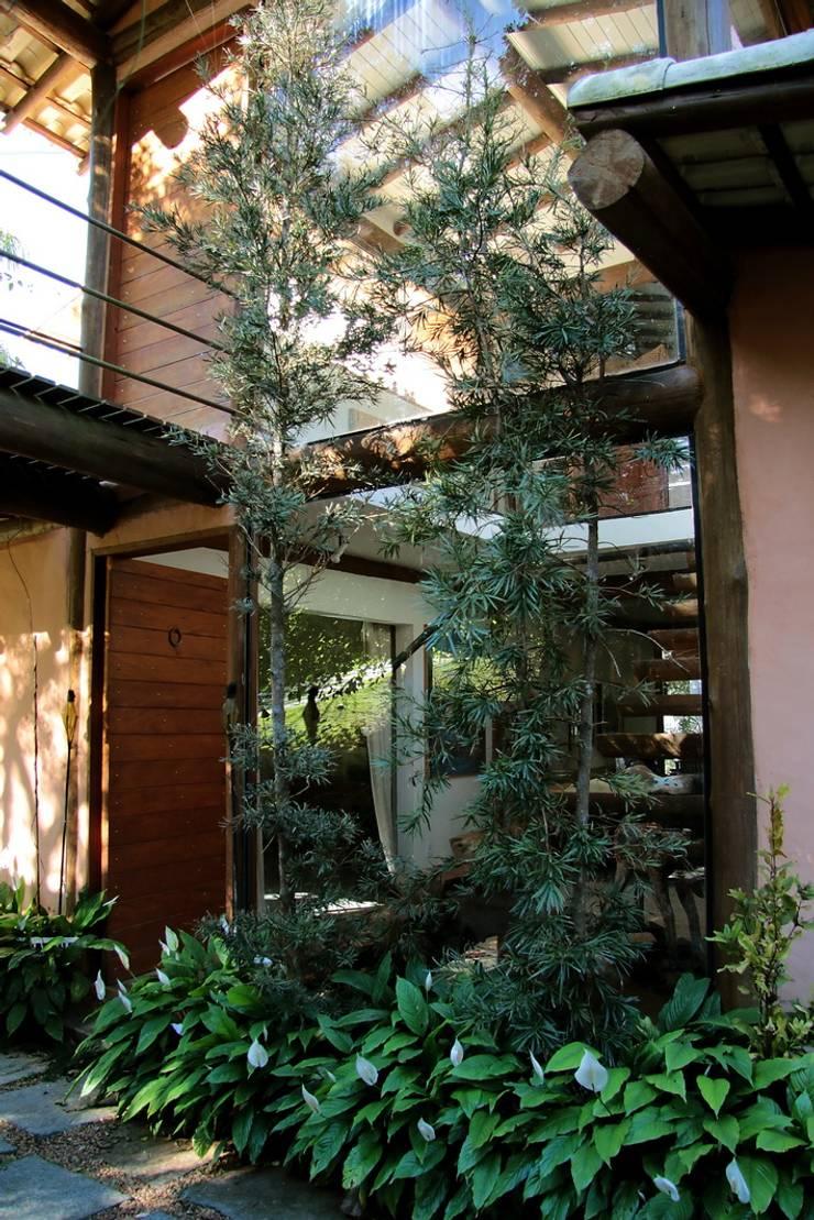 Casa do Bosque: Casas  por Arquitetamos Escritório Autônomo