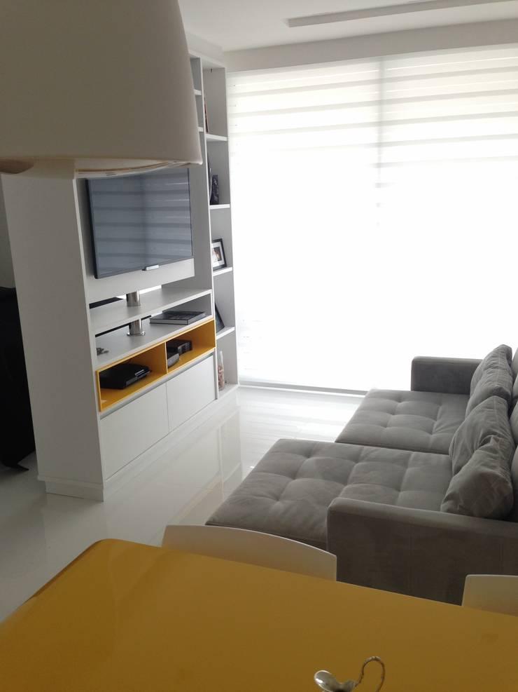 Studio: Salas de estar  por  Adriana Fiali e Rose Corsini - FICODesign