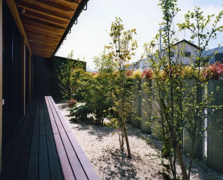 和歌山の家: Y's建築工房 一級建築士事務所が手掛けた庭です。