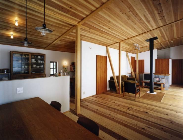 津の家: Y's建築工房 一級建築士事務所が手掛けたダイニングです。