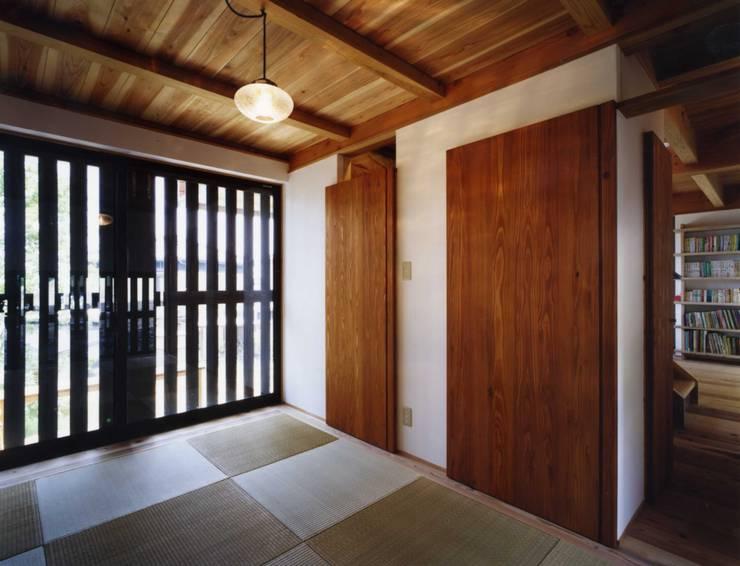 津の家: Y's建築工房 一級建築士事務所が手掛けた寝室です。