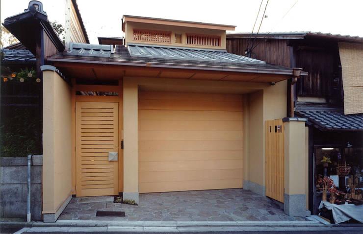 四季を満喫できる和モダンな住宅 オリジナルな 家 の 一級建築士事務所 (有)BOFアーキテクツ オリジナル 木 木目調