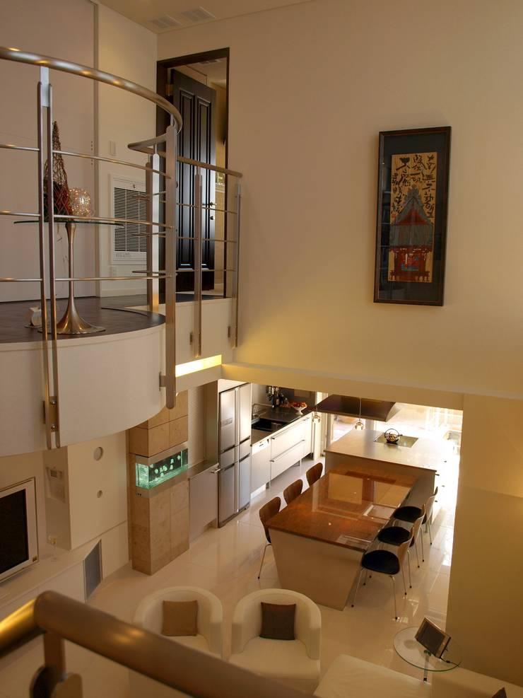 四季を満喫できる和モダンな住宅: 一級建築士事務所 (有)BOFアーキテクツが手掛けたリビングです。