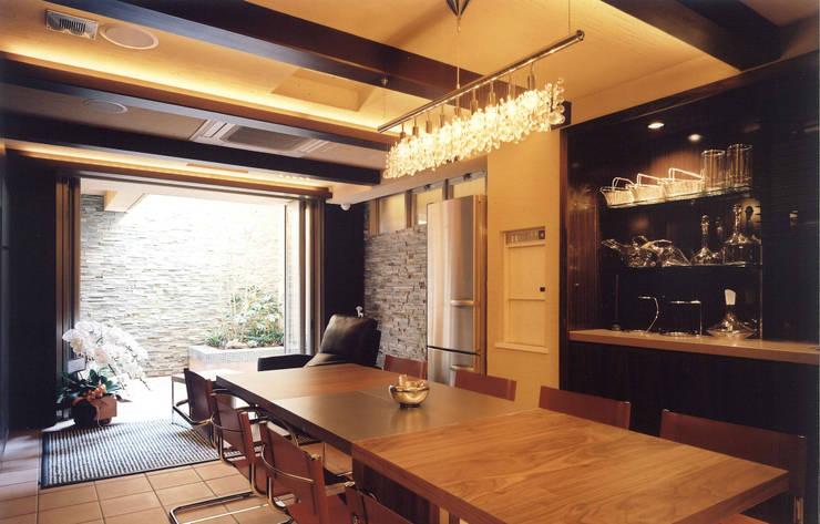 四季を満喫できる和モダンな住宅: 一級建築士事務所 (有)BOFアーキテクツが手掛けたダイニングです。