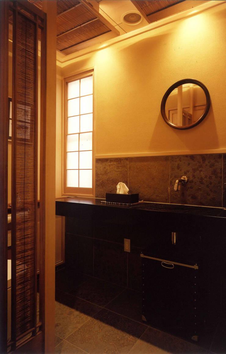 四季を満喫できる和モダンな住宅: 一級建築士事務所 (有)BOFアーキテクツが手掛けた浴室です。