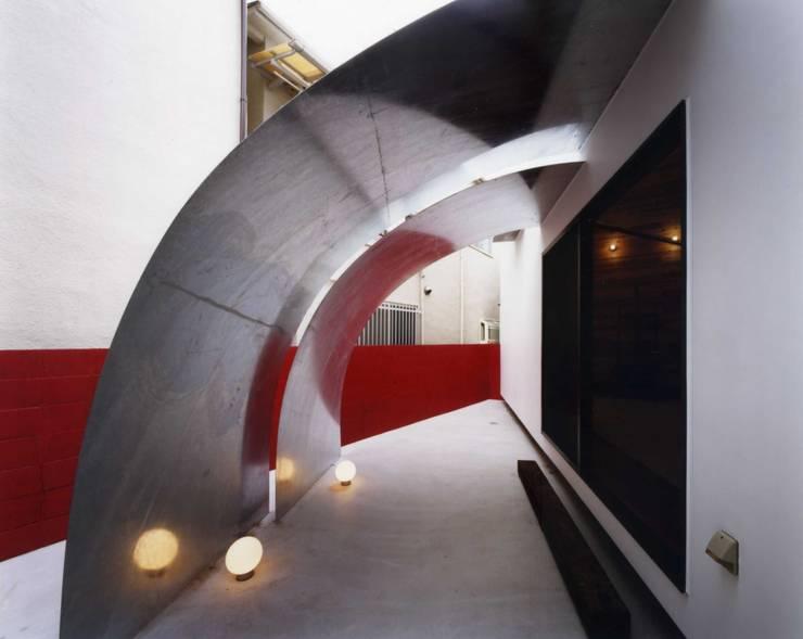 金岡のアトリエ: Y's建築工房 一級建築士事務所が手掛けた庭です。,
