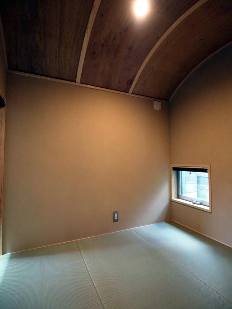 吉祥寺の家: 有限会社エムテイ建築工房が手掛けた壁です。