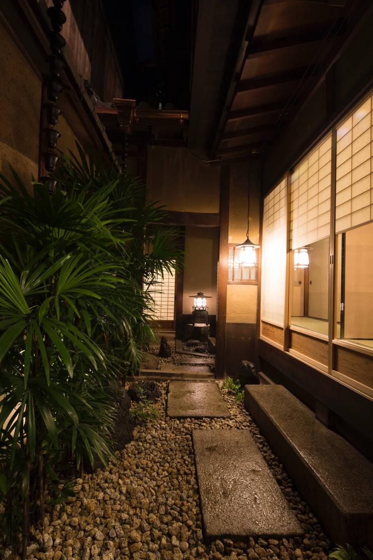 現代に息づく京都の町家: 一級建築士事務所 (有)BOFアーキテクツが手掛けた庭です。