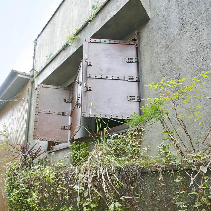 東平の家: 伊藤瞬建築設計事務所が手掛けた窓です。,オリジナル