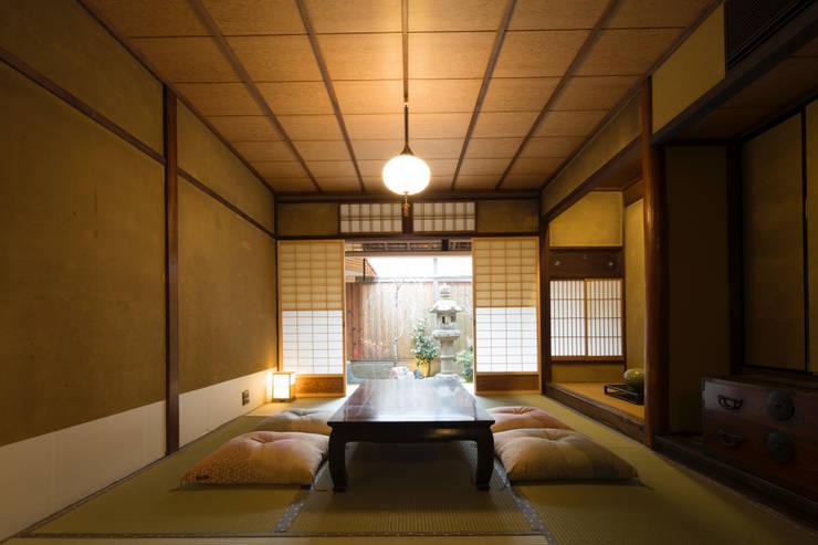 Salas / recibidores de estilo  por 一級建築士事務所 (有)BOFアーキテクツ
