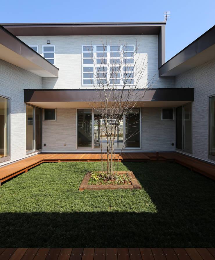 中庭 オリジナルデザインの テラス の 原 空間工作所 HARA Urban Space Factory オリジナル 木 木目調