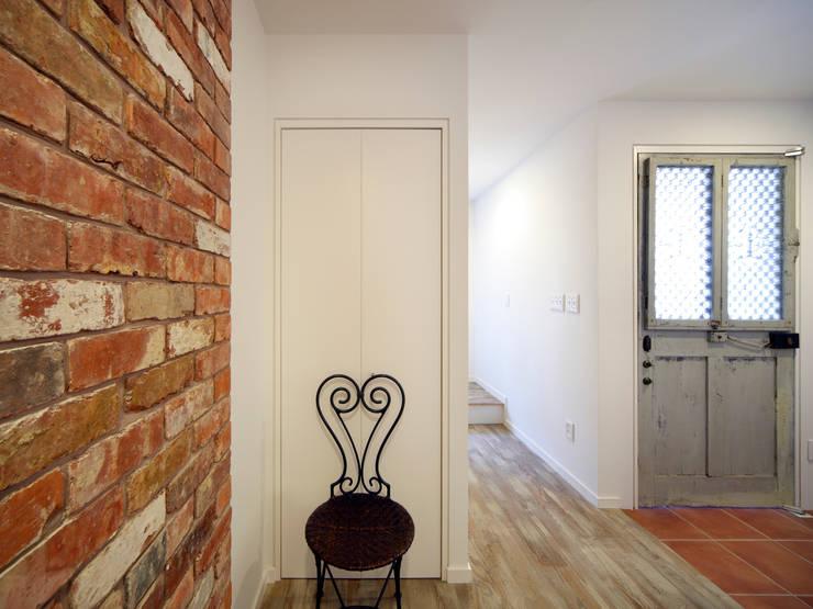 エントランス: atelier mが手掛けた廊下 & 玄関です。,