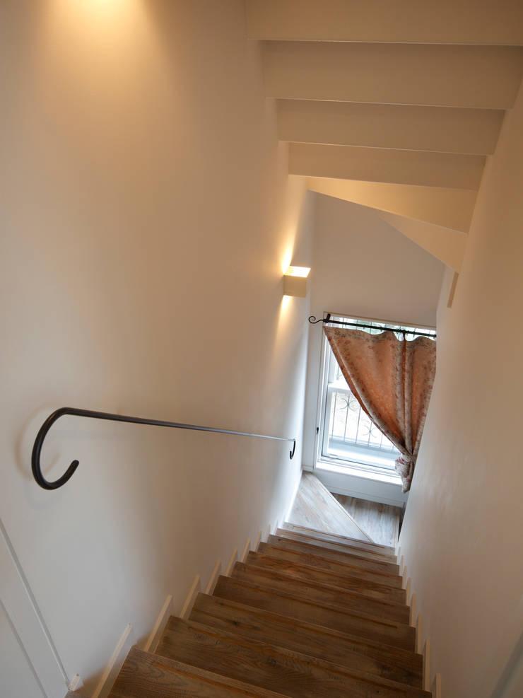 Shabby House-古着のような家-: atelier mが手掛けた廊下 & 玄関です。