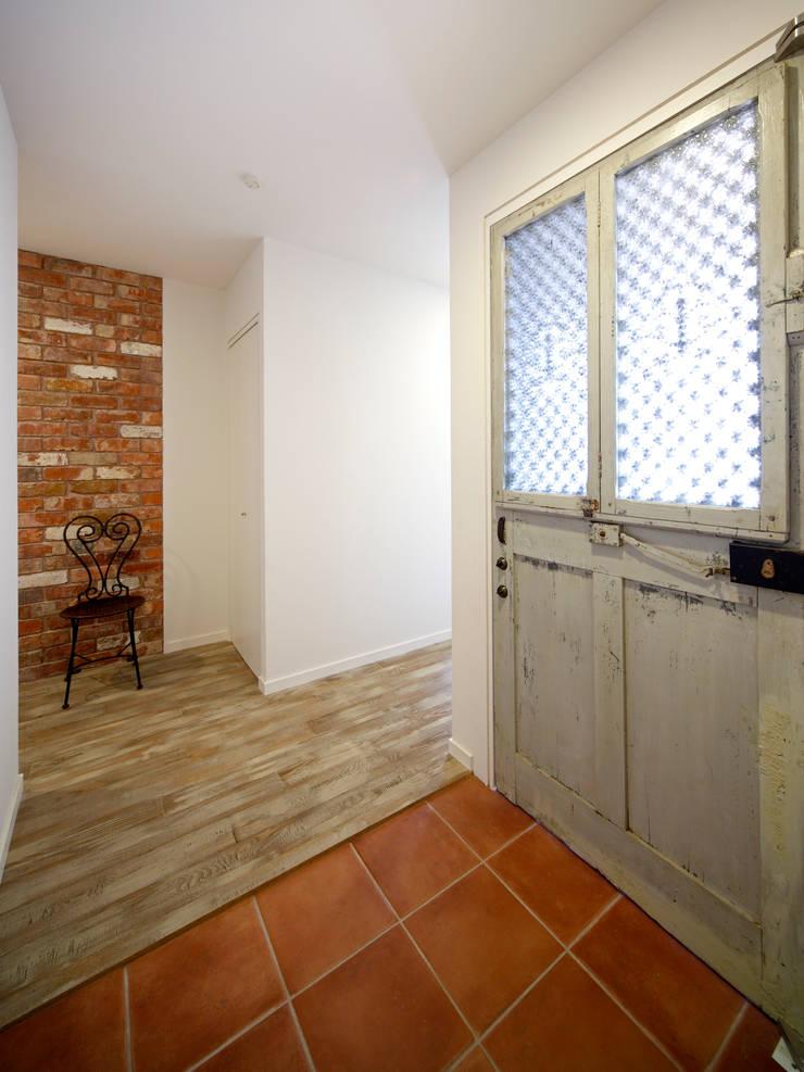 玄関: atelier mが手掛けた窓&ドアです。